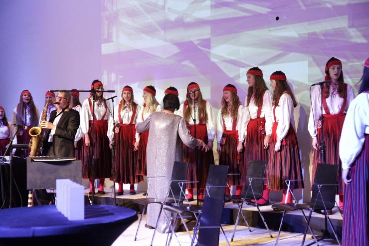 VIDEO! Pidulikul Muusikapäeval sai kuulata Tütarlastekoor Ellerhein kontserti