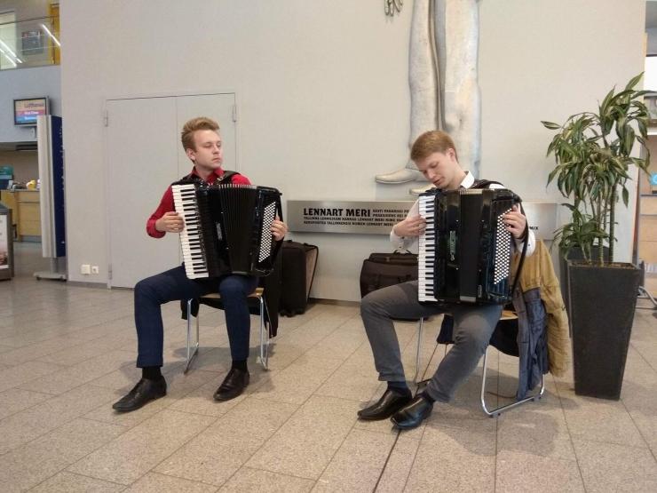 VIDEO! Tallinna lennujaamas musitseerisid Henri Zibo ja Mikk Langeproon