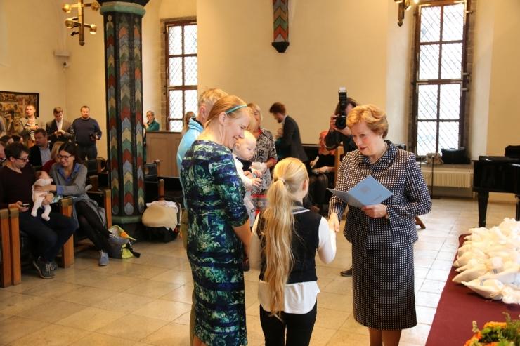 Täna anti Tallinna raekojas väikelastele nimetunnistused