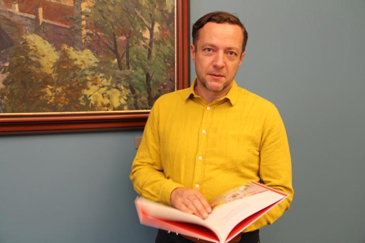 """FOTOD JA VIDEO! Keskraamatukogu kinkis esimese klassi jütsidele """"Kooliraamatu"""""""
