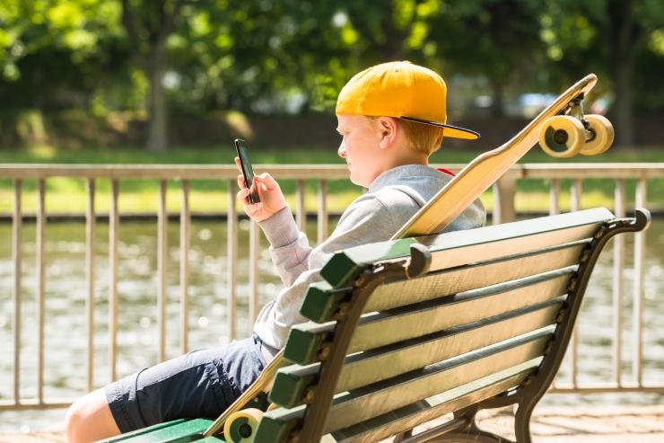 Kuidas lapsed enne magama jäämist telefonist eemale saada?