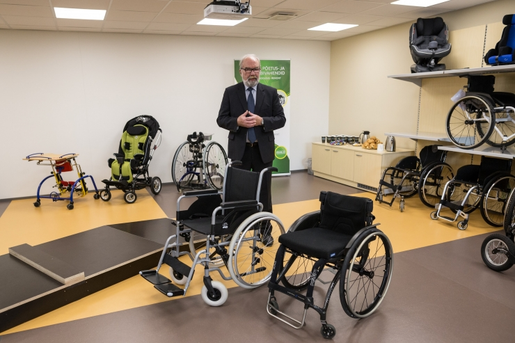 Fotod: Abivahendikeskuses sai katsetada maailma kergeimat ratastooli ja silmadega trükkimist