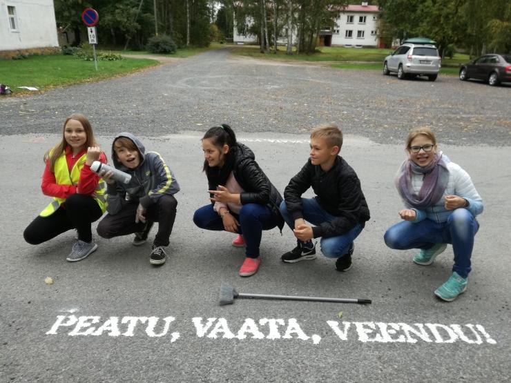 Kooliõpilased juhivad tähelepanu sõidutee ületamise ohutusele
