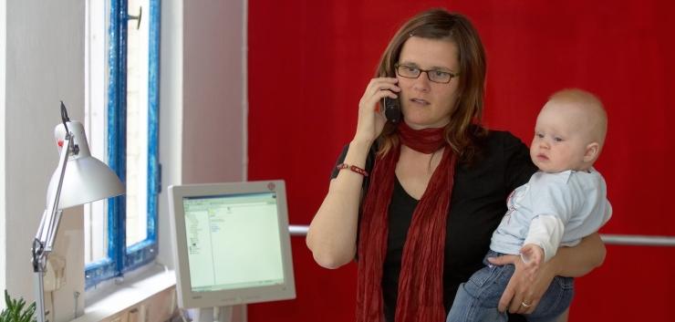 Kõrgelt haritud ja pikaealised Eesti naised peavad jätkuvalt leppima madalama palga ja üksi majapidamistööde tegemisega