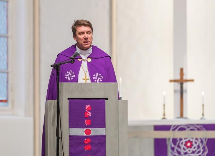 Peapiiskop Urmas Viilma õnnistab sisse Tallinna toel valminud Püha Vaimu Kiriku vitraažakna
