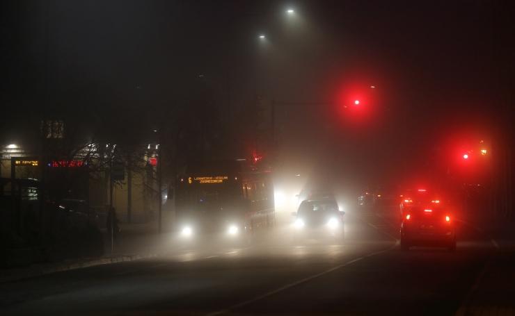 Vabaduse puiesteel paiskus valgusfoori ramminud auto katusele