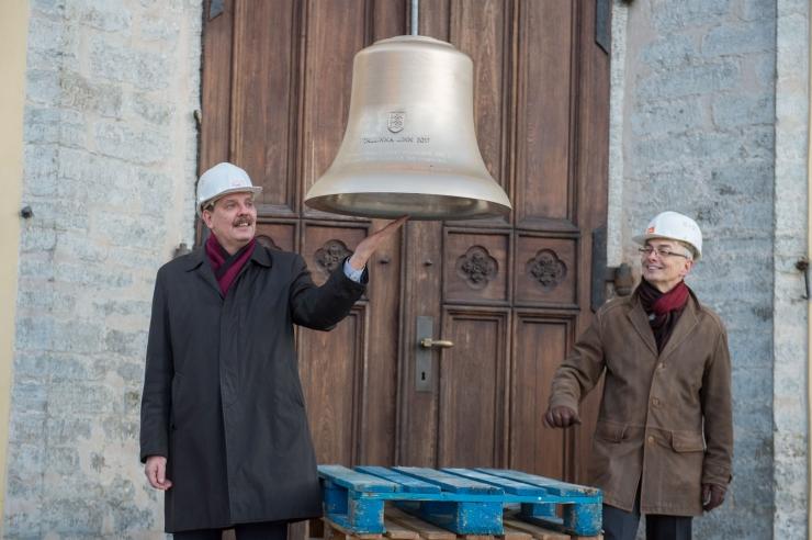 FOTOD JA VIDEO! Jaani kiriku torni tõsteti uued kellamängu kellad