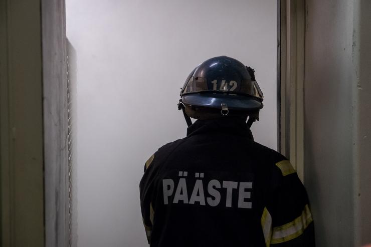 Suitsu täis korterisse sisenenud päästjad äratasid uinunud inimese