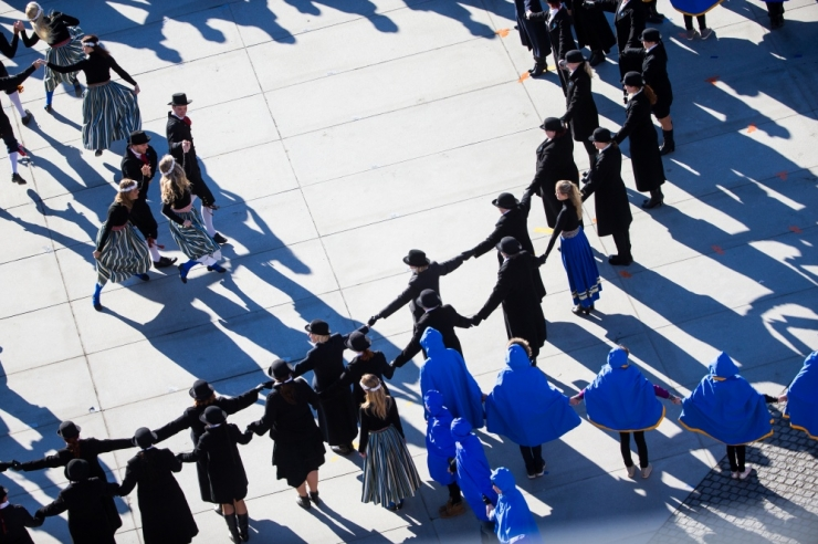 EESTI SADA: Tantsijad pööravad Vabaduse väljakul 100 aasta liivakella