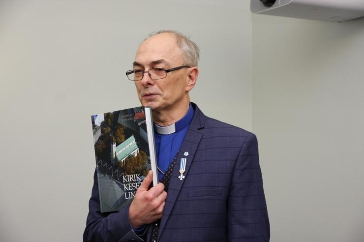 Jaan Tammsalu kinkis linnale koguduse raamatu