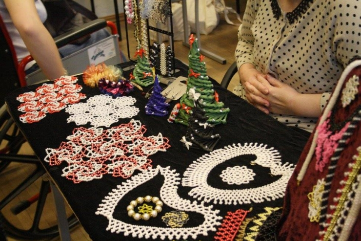 FOTOD! Puuetega Inimeste Koja jõuluturul sai ise tehtud kingitusi ja maiustusi osta