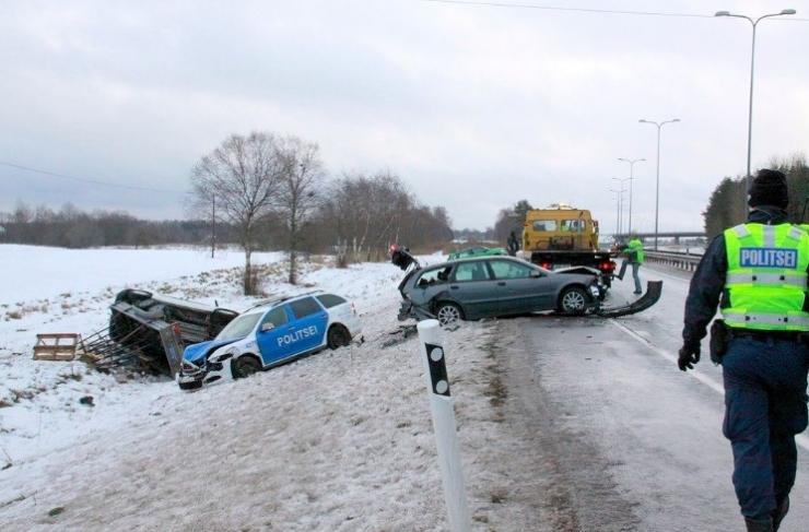 Õnnetuspaika kiirustanud politseiauto rammis nelja sõidukit
