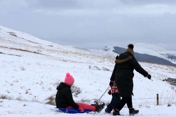 Lumi sulges Suurbritannias koolid ja häirib lennuliiklust