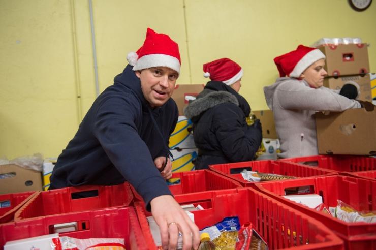 FOTOD JA VIDEO! Jüri Ratas aitas Toidupangal pakke kokku panna