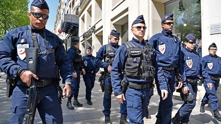 Prantsusmaal saadeti jõuludeks tänavatele 97 000 julgeolekutöötajat