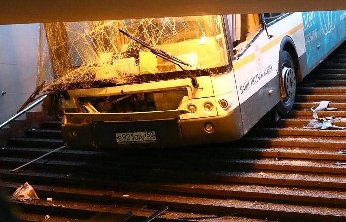 Moskvas sõitis buss jalakäijate tunneli trepile, neli inimest hukkus