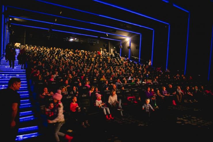 FOTOD! Lasterikkad pered tähistasid uut aastat ühise kinokülastusega