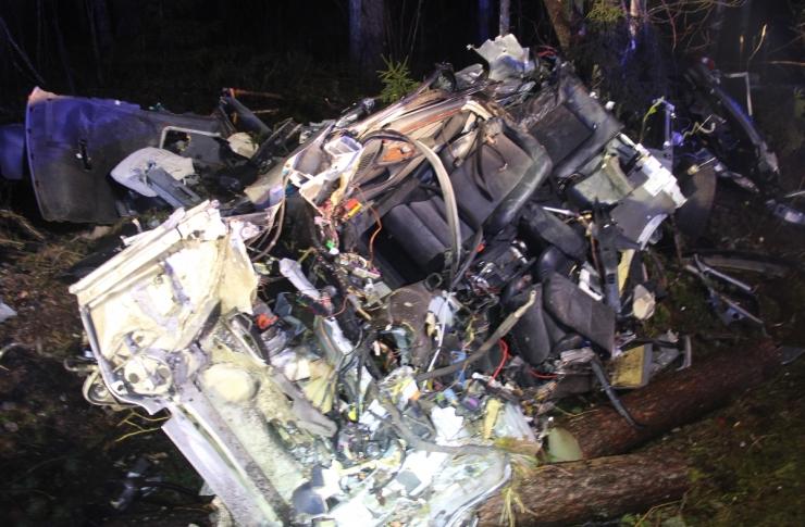 FOTOD: Tartumaal hukkus suurel kiirusel teelt välja sõitnud autojuht