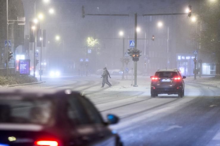 Värskelt sadanud lumi põhjustab kohati teedel libedust