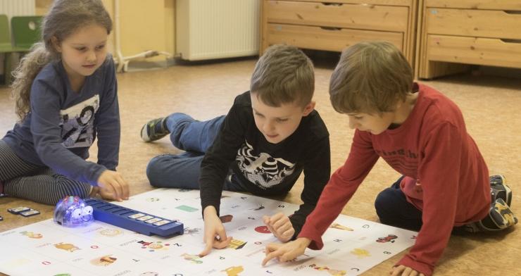 TEHNIKAHUVI MAAST MADALAST:Tallinna lasteaialapsed said mängimiseks ja õppimiseks uued haridusrobotid