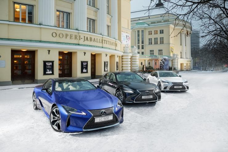 Lexuse lipulaevad pidurüüs – sinine, must ja valge
