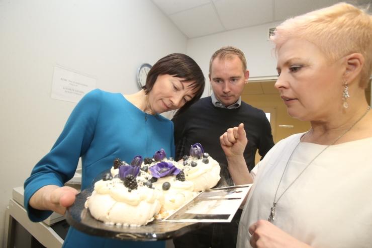 Evelin Ilves kinkis Tallinna Lastehaigla Toetusfondi sponsorile omaküpsetatud tordi