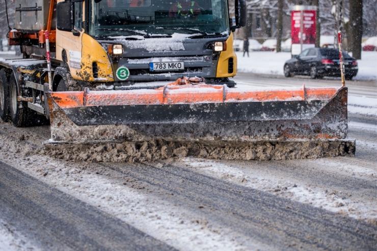 Lumesadu on muutnud teed ohtlikult libedaks
