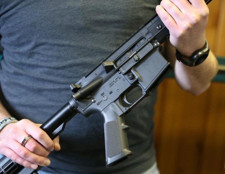Minister: Valge Maja aitab koole relvastada