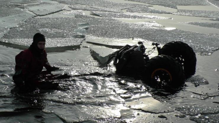 Piirivalvurid aitasid kaldale Peipsil hätta sattunud kalastajad