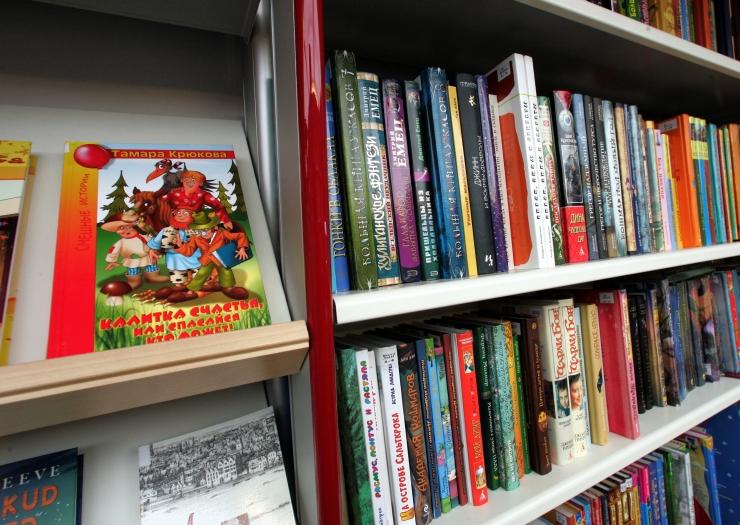 Raamatukogubuss Katarina Jee kingib reisiraamatukogudele lasteraamatuid