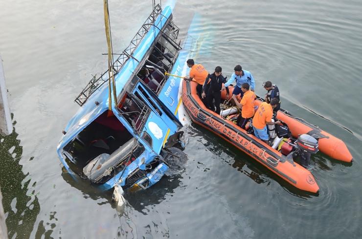 Indias sõitis koolibuss kuristikku, 27 last on hukkunud