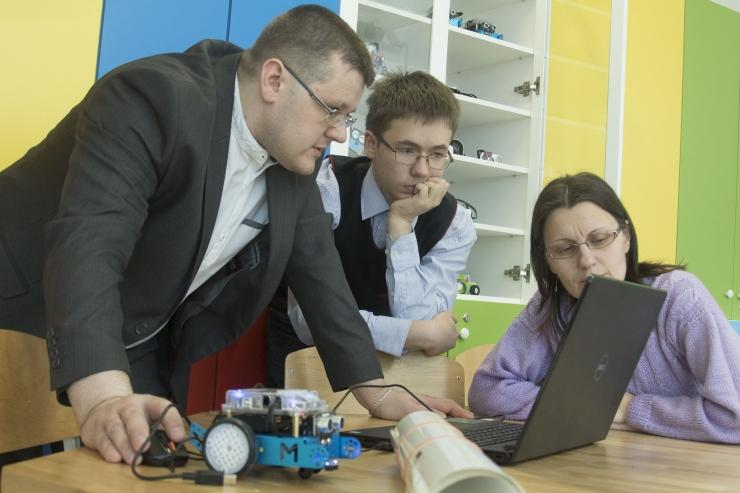 FOTOD! Kesklinna vene gümnaasium avas mehhatroonika-robootika labori