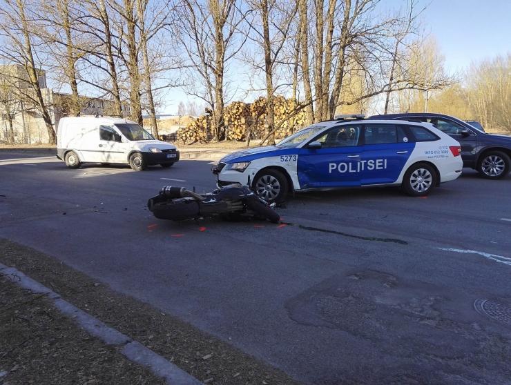 Pärnus peeti kinni mootorrattaga kihutanud ja politsei eest põgenenud juhtimisõiguseta mees