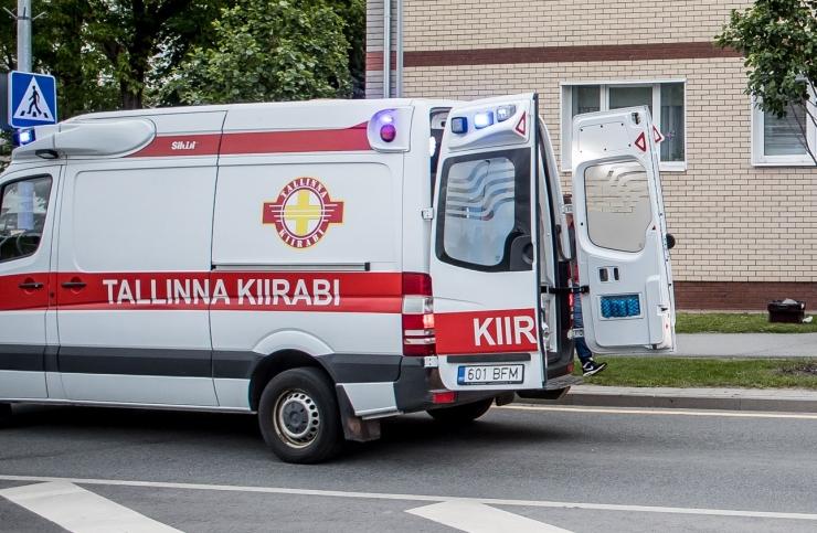 Auto sõitis koolimaja juures otsa kolmele lapsele