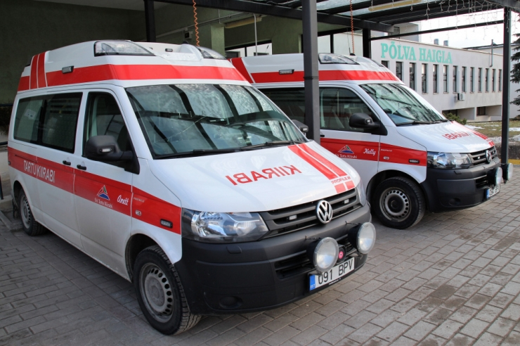 Teelt välja kaldunud autos sai kaks inimest vigastada