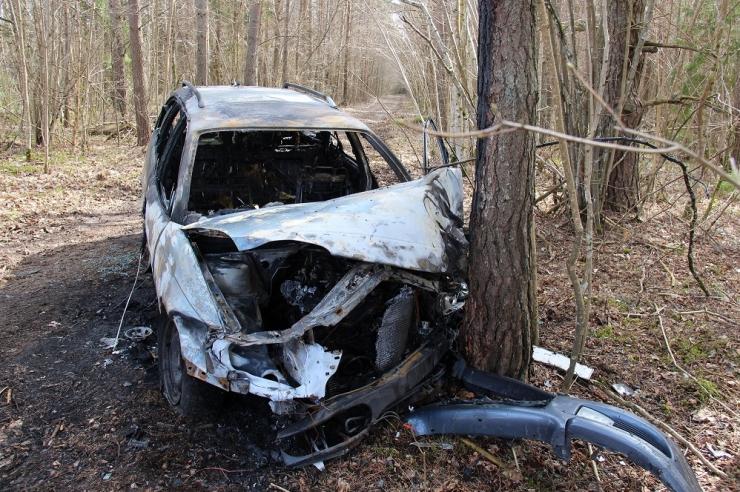 Liiklusõnnetus Läänemaal: 17-aastane lubadeta juht oli joobes, sõiduk hävis tules