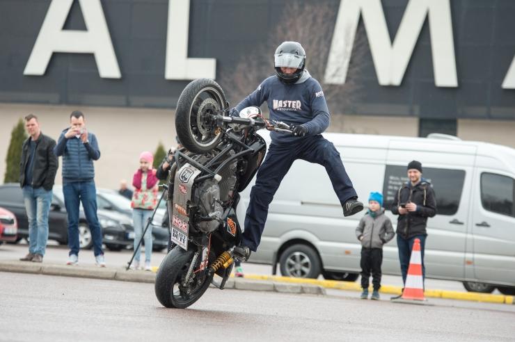 FOTOD JA VIDEO! Hulljulge Venemaa motokaskadöör andis Tallinnas tsiklietenduse