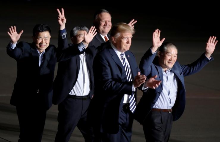 Lennuk kolme Põhja-Koreas vabastatud ameeriklasega maandus USA-s