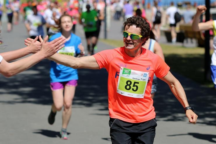 Harrastussportlane jookseb liikumispuuetega laste toetamiseks