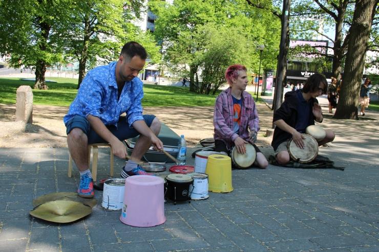 Vaata, kuidas noored avasid Viru keskuse juures tänavamuusika hooaja