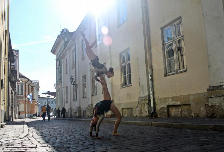 Vanalinna Päevadel esinevad sportakrobaadid