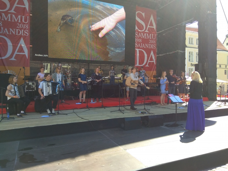 VIDEO! Raekoja platsil esines 25-liikmeline etno-orkester
