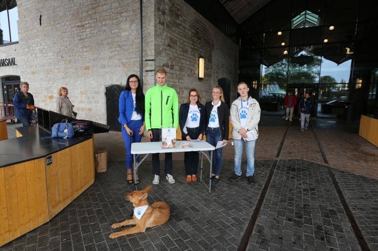 FOTOD! Põhja-Tallinna noored koguvad loomade varjupaigale annetusi