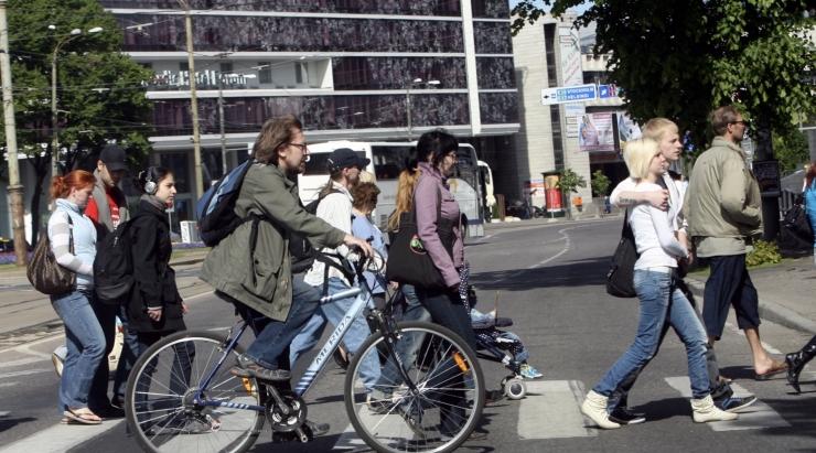 LIIKLUSEKSPERT: Jalakäijate ja jalgratturite eelistamine on ainuke viis linna liiklust toimima saada