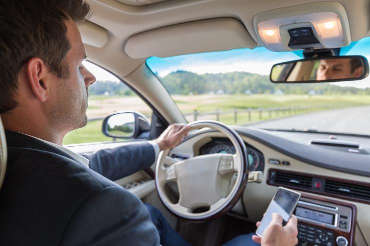 Liikluses telefoni näppimine tapab alkoholiga võrdselt