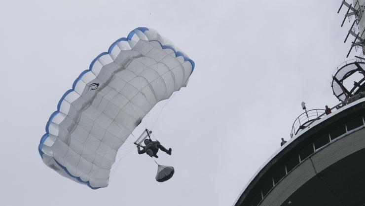 FOTOD JA VIDEO! Teletorni 38. sünnipäeva tähistati hulljulgete langevarjuhüpetega