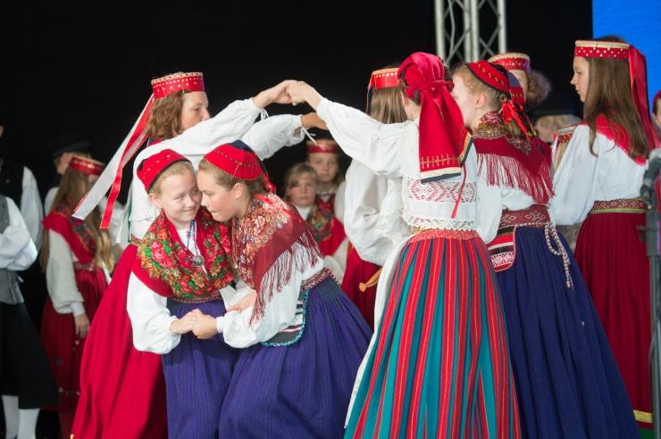 VIDEO! Leesikad esitasid Merepäevadel vahvaid pärimustantse