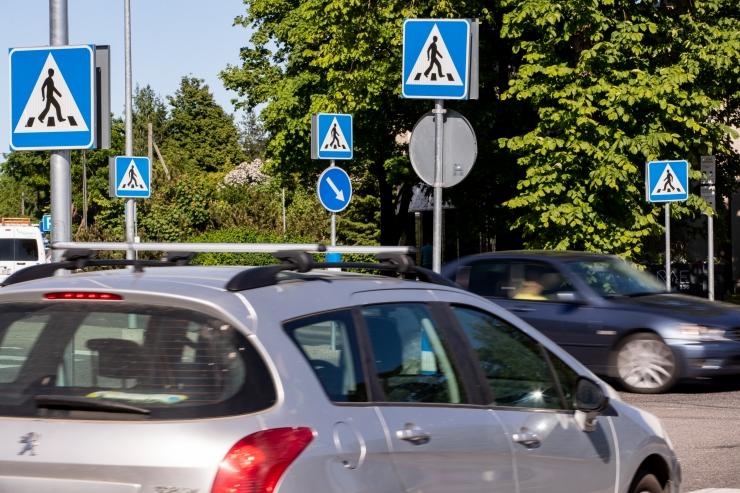 Tallinnas sai surma auto alla jäänud mees
