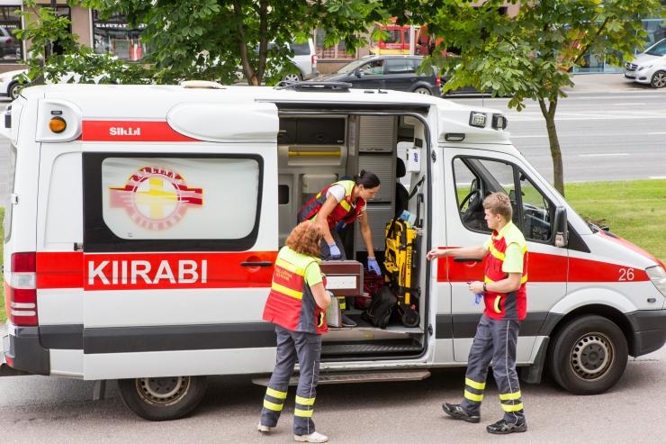 Tallinna Ülikooli juures said vigastada kaks ülekäigurajal auto alla jäänud meest