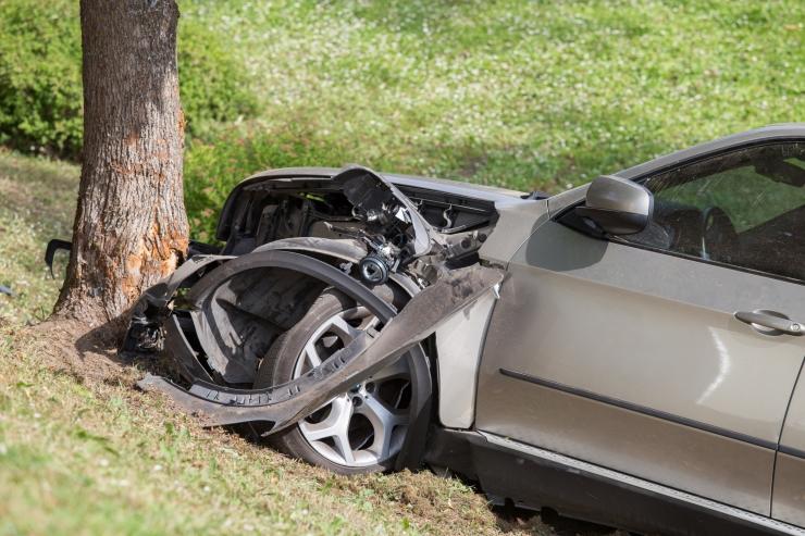 Üle katuse rullunud autos hukkus turvavööga kinnitamata naine